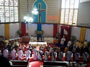 Uskup Agung Kupang Tahbis 12 Imam Baru dan 12 Daikon